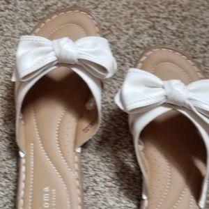 White bow slides